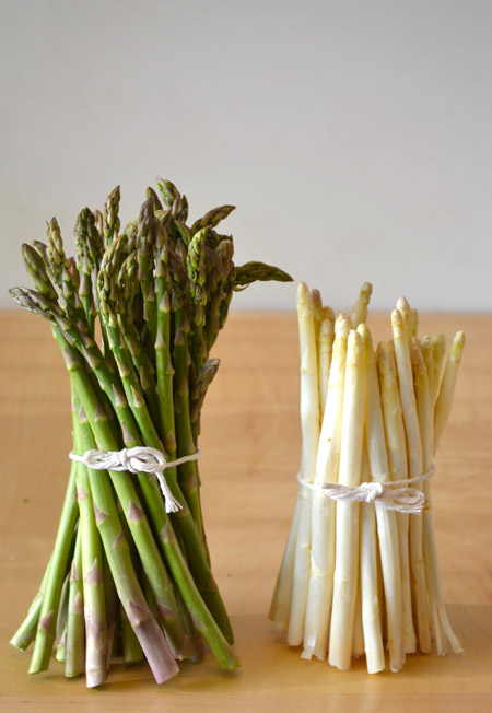 white and green asparagus